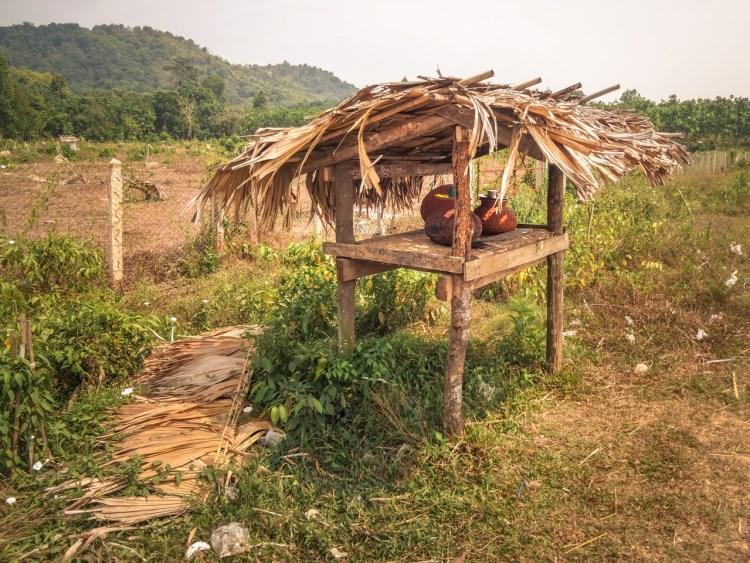 Mit Wasser gefüllte Tonkrüge in Myanmar