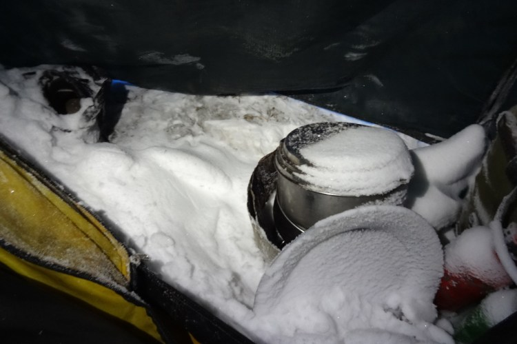 Bei einem Schneesturm gelangte Schnee in mein Zelt und in meine Schuhe.