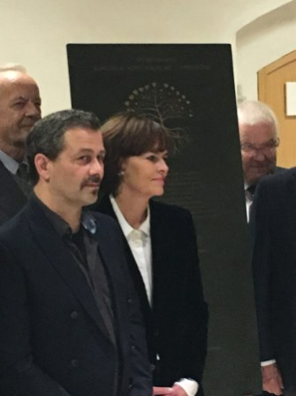 Herr Dr. Oetker und Mitglieder bei der Einweihung der Bronzetafel mit den Spendern 2017.