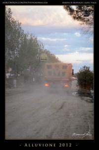 I mezzi di soccorso e di lavoro circolano senza tregua, sollevando nuvole di polvere Trucks mores without rest, lifting up clouds of dust