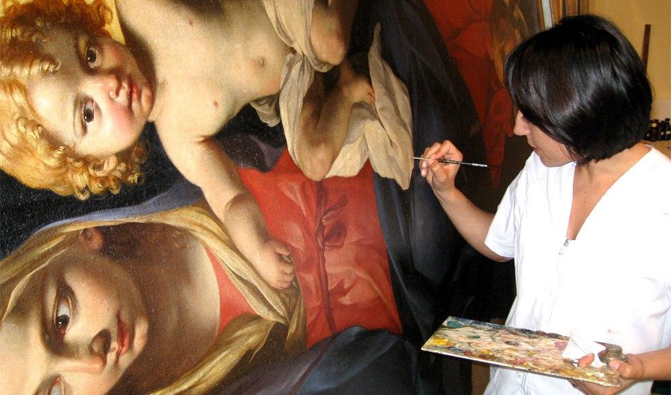 """Il restauro artistico di Angela Allegrini all'opera con una tela settecentesca del """"Brandi"""""""