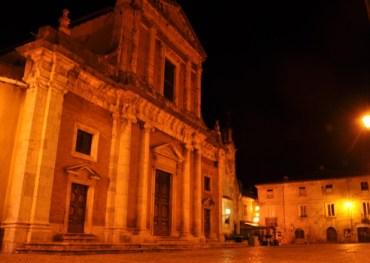 Facciata della chiesa di San Michele Arcangelo e la piazza