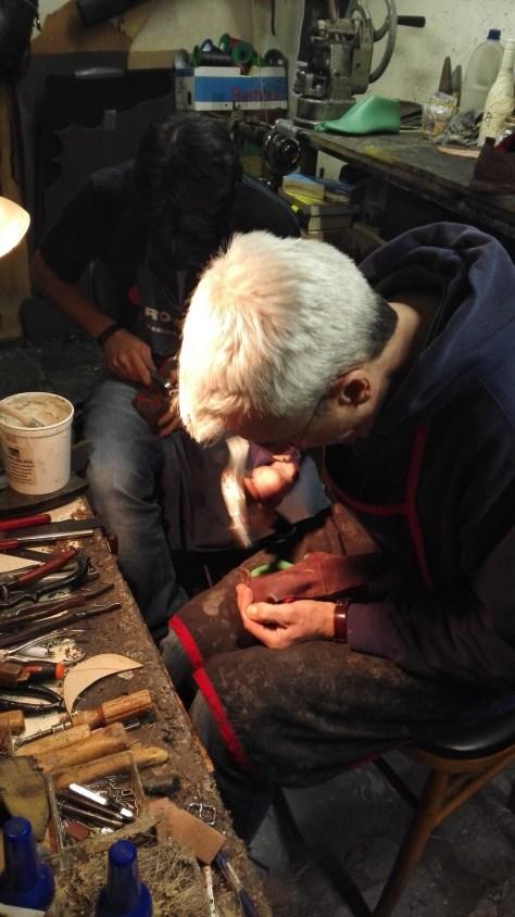 Con le scarpe negli USA - Il calzolaio Stefano Minetti a lavoro
