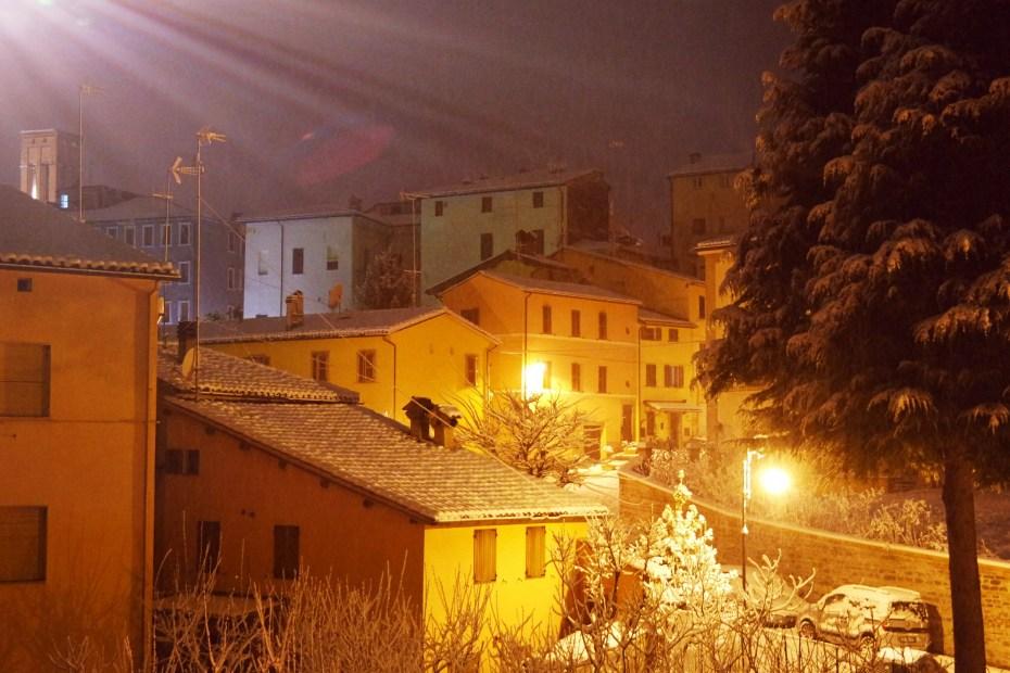La neve dal terrazzo di casa di nonna. Esterno, notte.