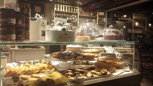 """""""C'era una volta..."""" - pasticcini, biscotti e torte, allettante bancone."""