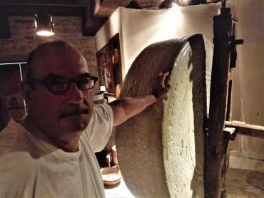 Picciolo di Rame - Silvano Scalzini appoggiato sulla pietra del vecchio frantoio