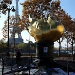 """La """"fiaccola"""" con le foto di Lady D. sopra al tunnel de L'Alma, donata dagli americani ai francesi in occasione del restauro di Lady Liberty."""