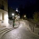 L'arte di Montmartre inizia dalle strade di notte che sinuose sembrano condurre dentro un dipinto.