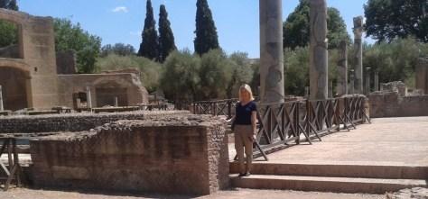 Camille nei pressi di un area archeologica in Italia
