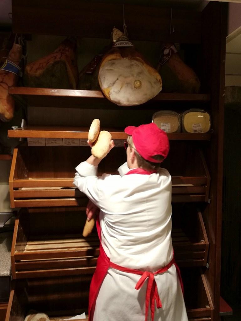 """Lara mentre mi sta servendo il pane che sembra un """"giocoliere"""""""