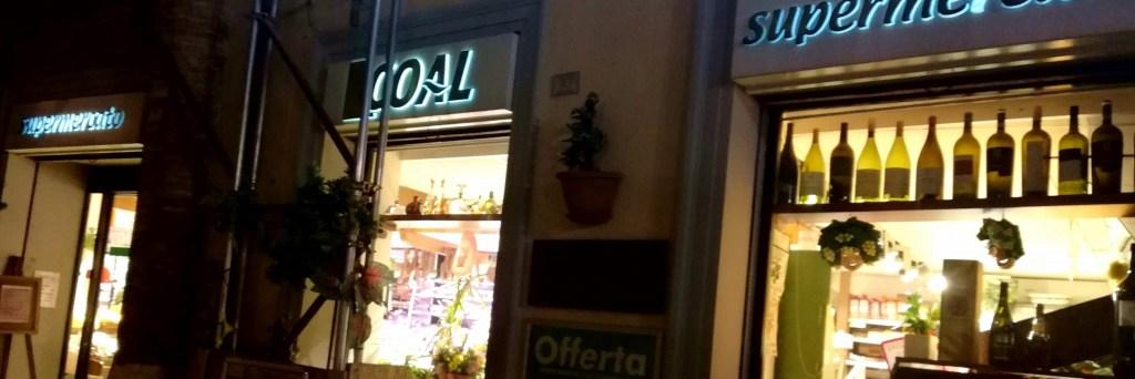 L'ingresso del supermercato di paese sotto la loggia di piazza Mattei in restauro