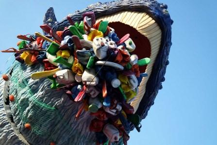 Carnevale di Viareggio. La bocca della Balena piena di incrostazioni e di rifiuti un grande messaggio ambientale.