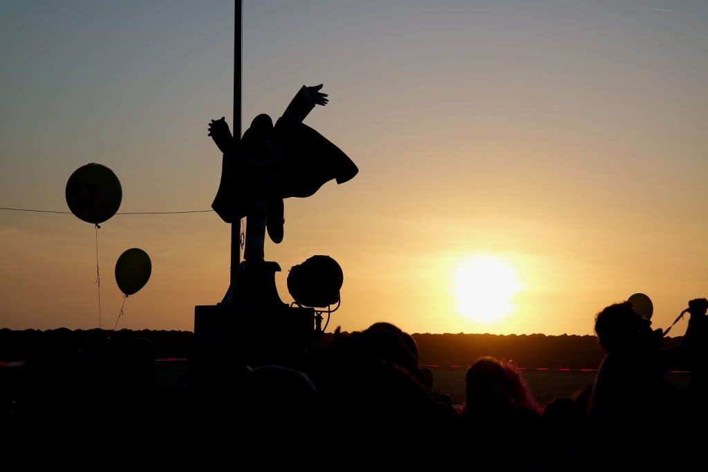 Viareggio al tramonto con Burlamacco in controluce. spero di tornare presto a vedere questi tramonti sul mare unici.