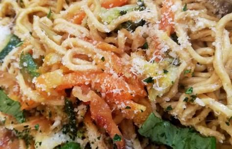 Un primo piatto interessante soprattutto per la pasta fresca con una farina integrale molto interessante, pomodorini, erbe e lardo