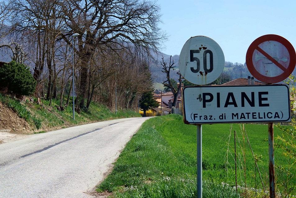 Il cartello che indica la graziosa frazione Piane di Matelica.