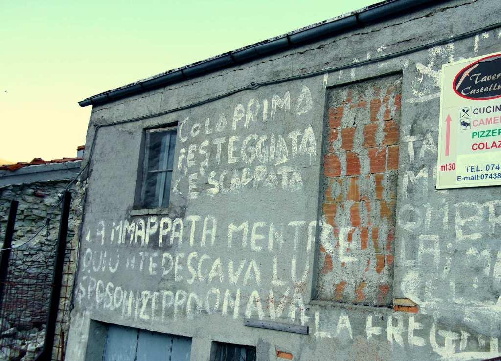 Castelluccio e nient'altro - Da sempre ci sono queste scritte sulla piazza bassa del paese