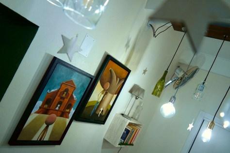La Petriola, cantina d'arte. Saletta con mostra.