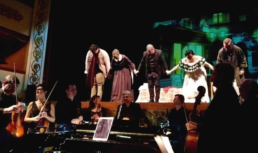 L'inchino degli artisti e l'orchestra.