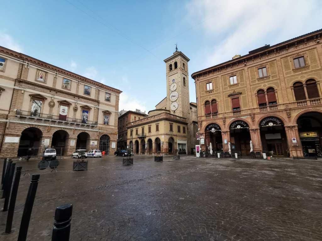 Il fascino della piazza centrale di Tolentino - foto B. Olmai
