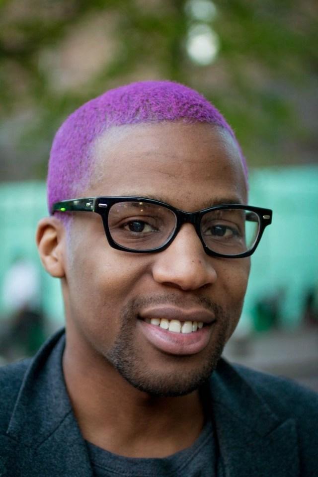 Cabelos coloridos para homens: cabelo afro roxo