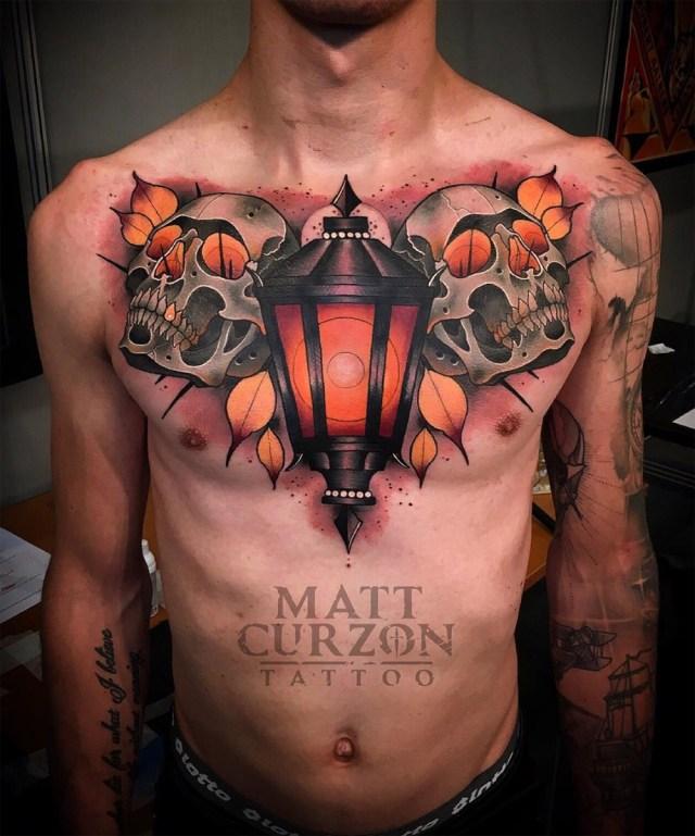 Tatuagem de caveiras no peito Matt Curzon