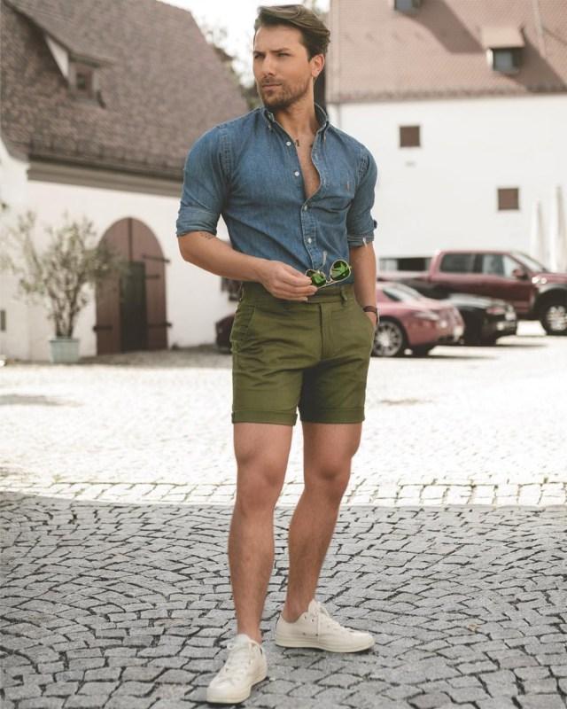 Moda masculina: bermuda curta deixa mais alto