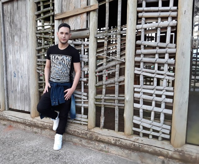 Look do Marco Macei com camisa jeans
