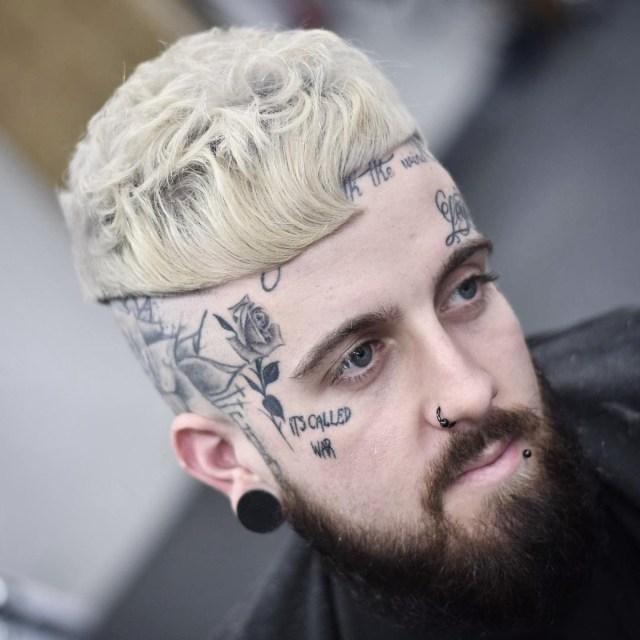 Corte de cabelo masculino com franja platinado