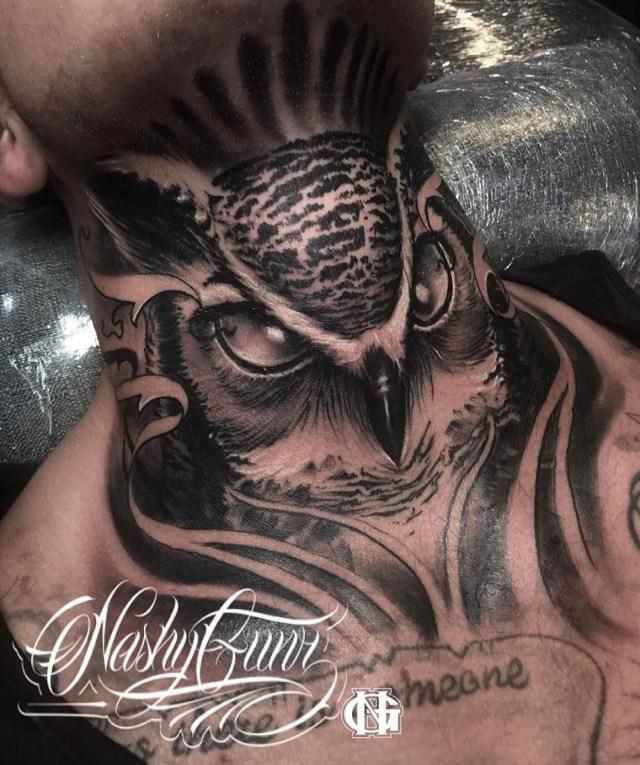 Tatuagem de coruja no pescoço para homens