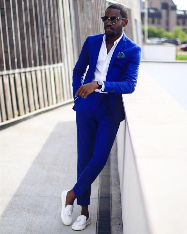 Moda para homens: costume azul vibrante