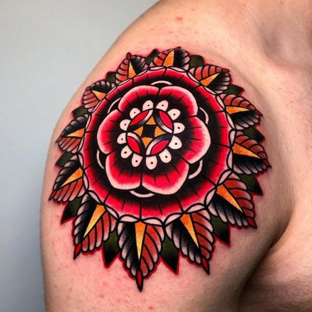 Tatuagem colorida no ombro