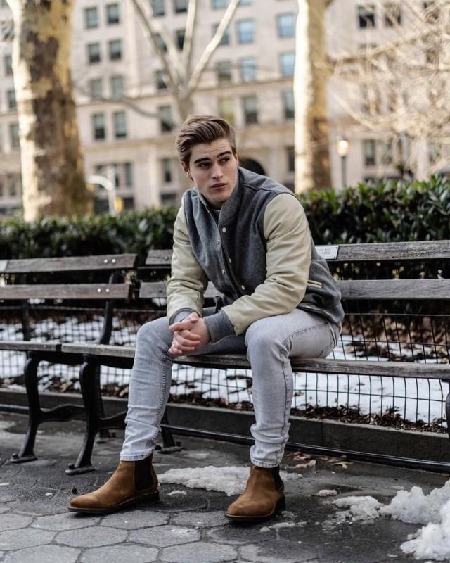 Look de inverno com jaqueta colegial Varsity