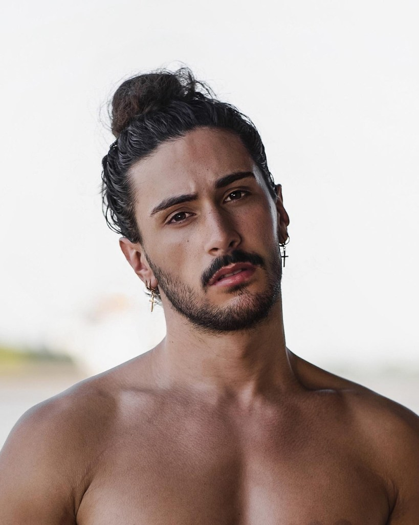 Penteados masculinos: coque alto