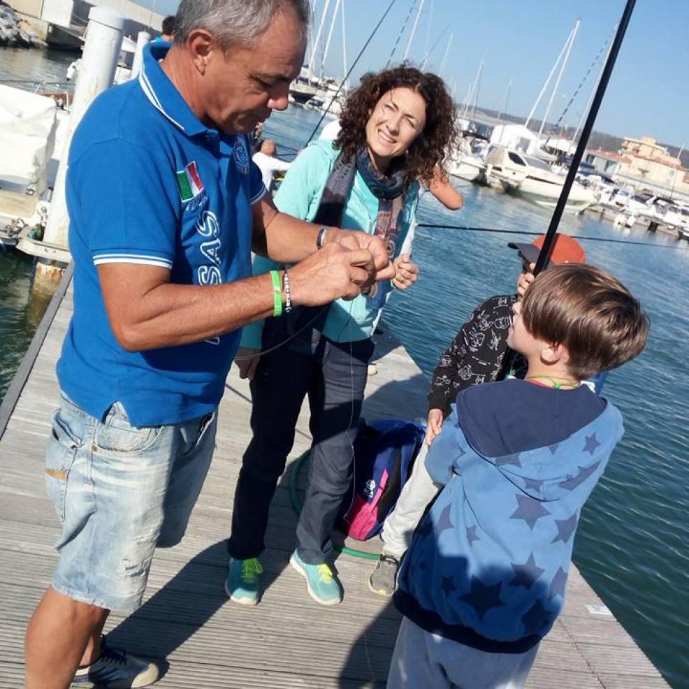 Marco Meloni Aiuta i bambini alla preparazione delle lenze