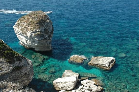 Una spettacolare immagine che dimostra la bellezza di Bonifacio nelle bocche tra Corsica e Sardegna