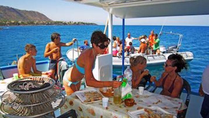 Il pranzo a bordo nel pescaturismo con il pesce appena pescato