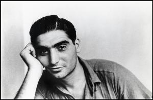 Robert Capa in una fotografia dell'autunno 1935