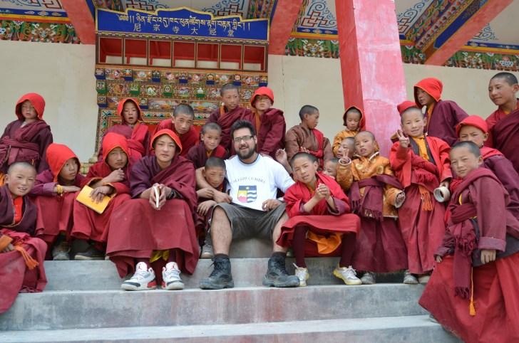 con los alumnos en la puerta del templo