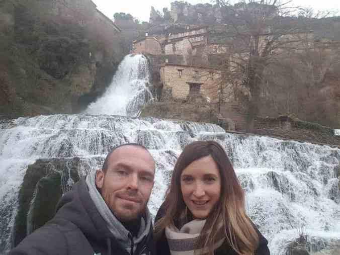 Cascada_que_mana_de_la_ Cueva_del_Agua_en_ Orbaneja_Burgos