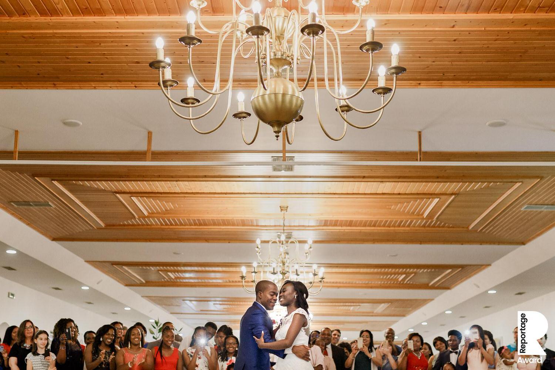 noivos abraçam família após cerimónia de casamento
