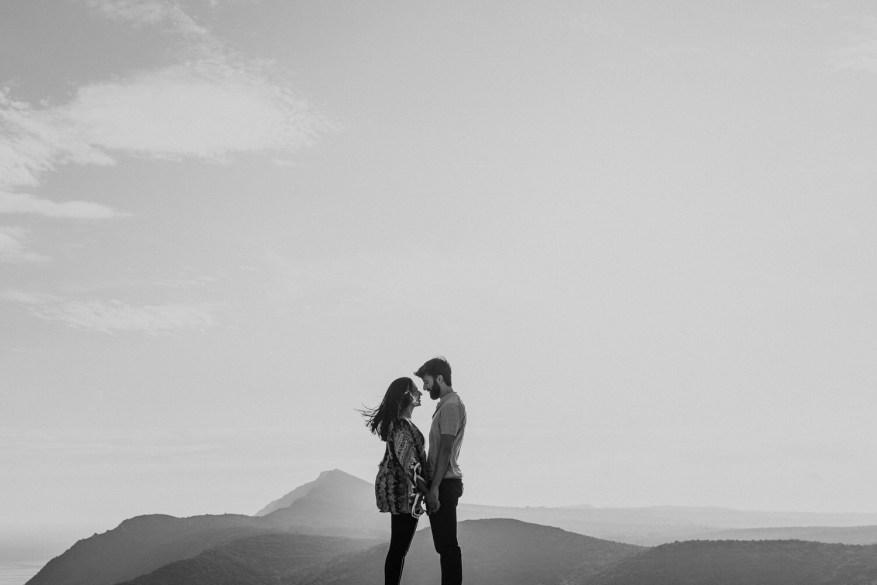 retrato lindo de casal apaixonado com uma vista da natureza da Arrábida