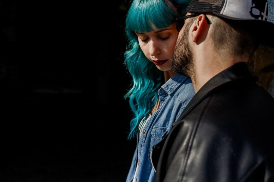 namorado beija namorada em hotel abandonado