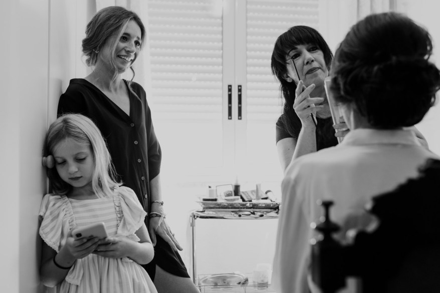 noiva e convidadas em casa durante a preparação