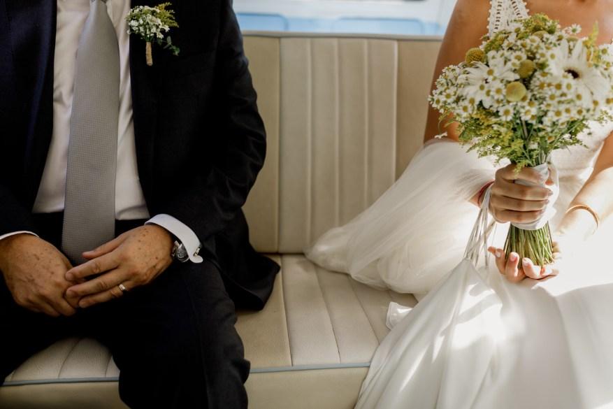 noiva e o seu pai sentados dentro da carrinha pão de forma da empresa kombimania