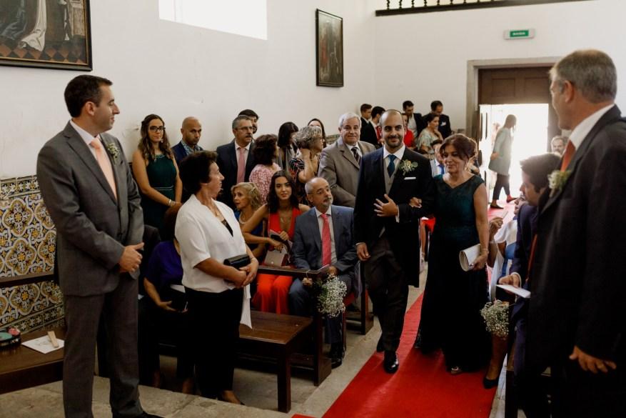 noivo entra no convento dos capuchos acompanhado pela mãe enquanto os padrinhos os esperam