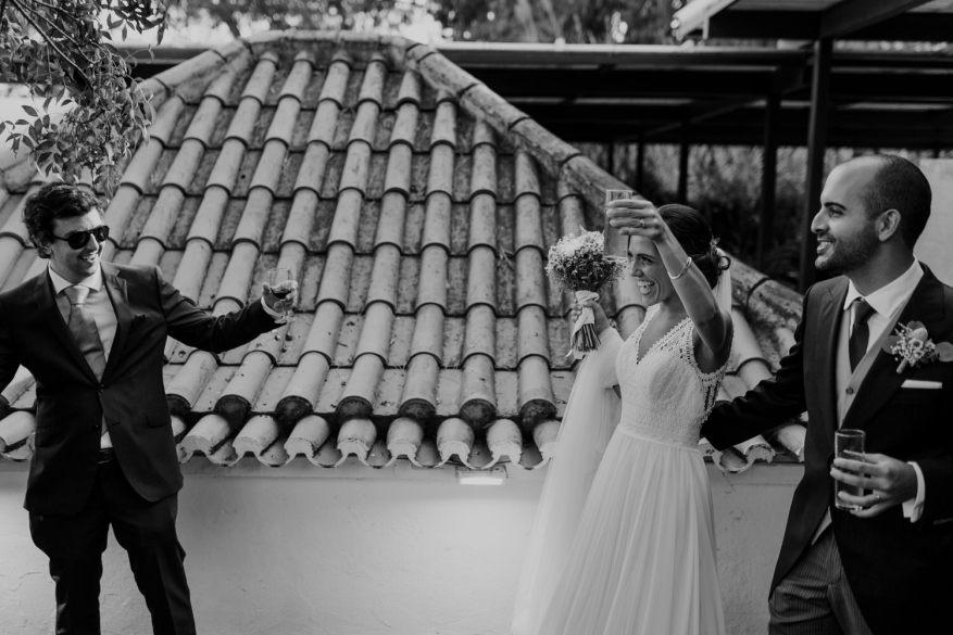 noivos são recebidos no jardim da quinta espaço caiado