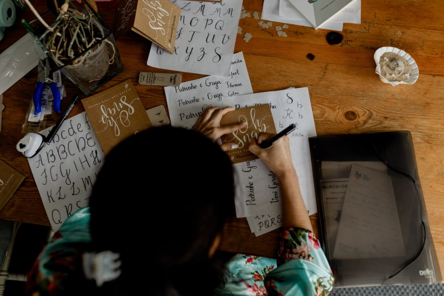 convidada do casamento a fazer caligrafia