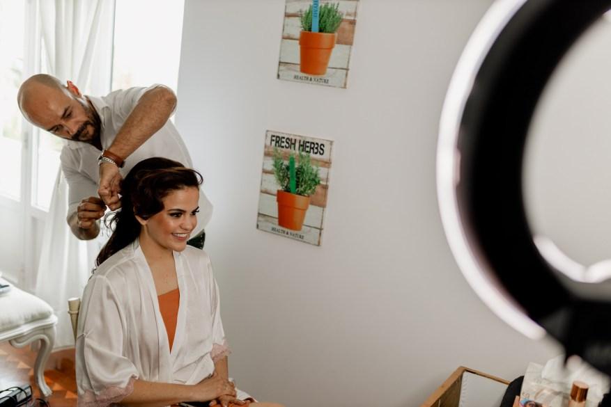 cabeleireiro Ivan Moraes prepara o cabelo da noiva