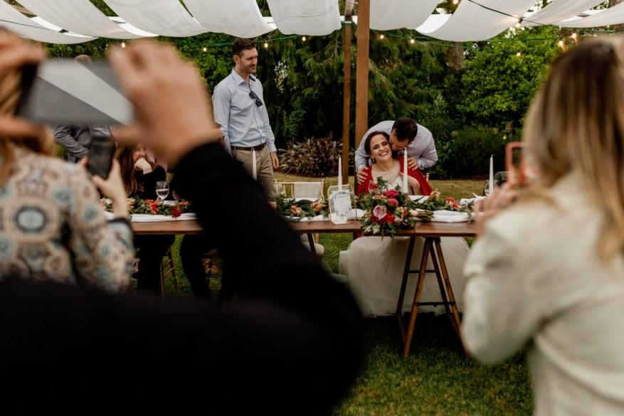 convidado dá beijo na cara da noiva