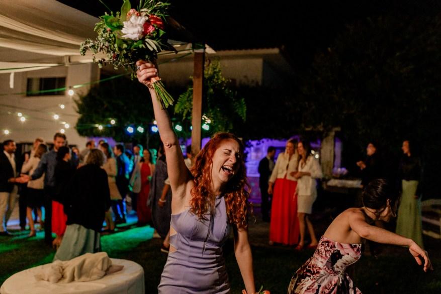 convidada celebra ter apanhado o ramo da noiva